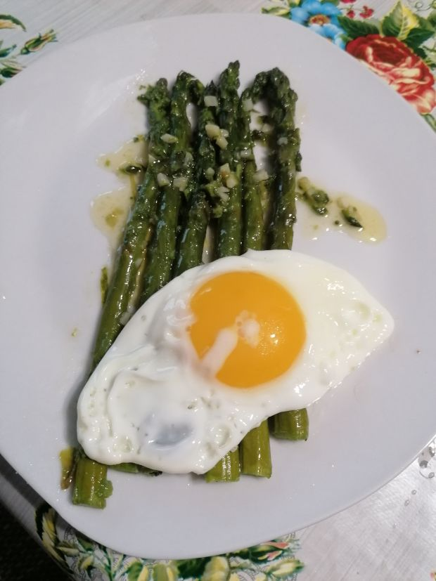 Szparagi w sosie maslanym z jajkiem sadzonym
