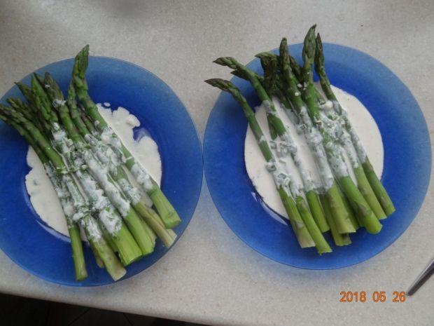 Szparagi w sosie śmietanowym z lubczykiem