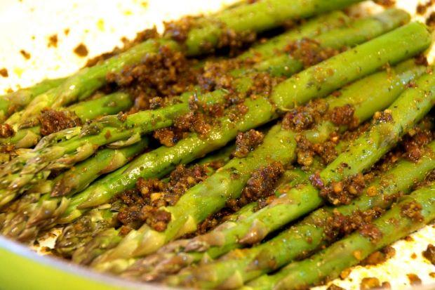 Szparagi z chudym twarogiem i pistacjowym pesto