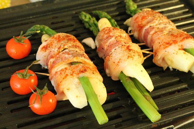 Szparagi z grilla z sosem bazyliowym