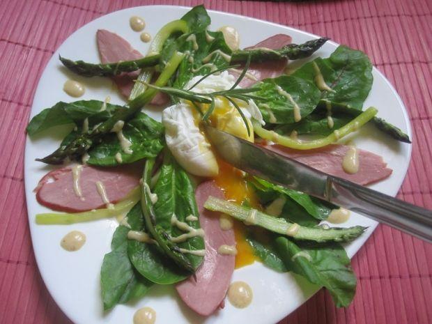 Szparagi z wędzoną kaczką i jajkiem poszetowym