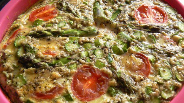 Szparagi zapiekane z pomidorkami pod jajkami