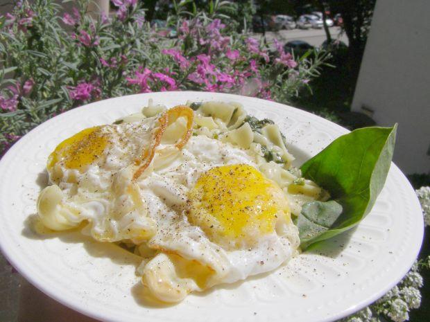 Szpinak z makaronem i sadzonym jajkiem