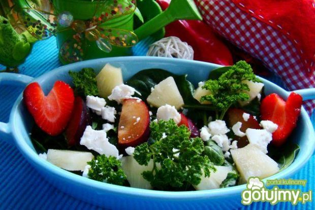 Szpinak z owocami i serem