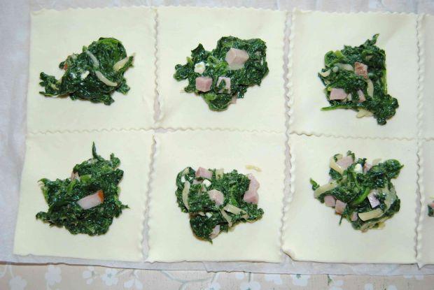 Szpinakowe pierożki z ciasta francuskiego
