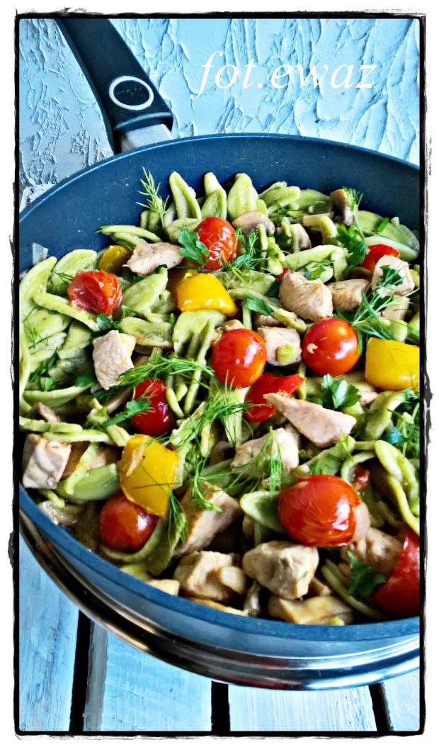 Szpinakowy makaron z kurczakiem i warzywami