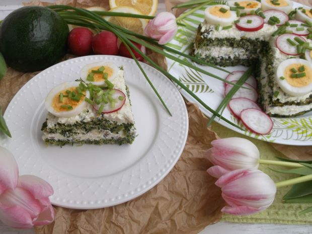 Szpinakowy torcik z twarożkiem, warzywami i jajem