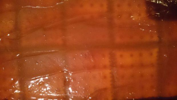 Szybka kremówka na herbatnikach z sosem toffi