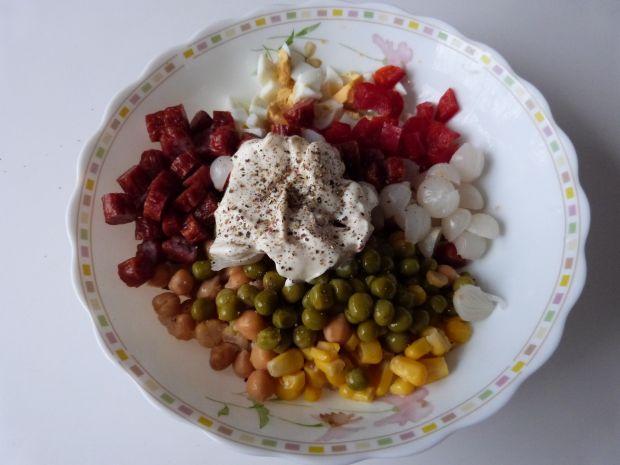 Szybka sałatka z kabanosami