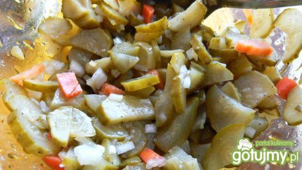 Szybka sałatka z konserwowych ogórków