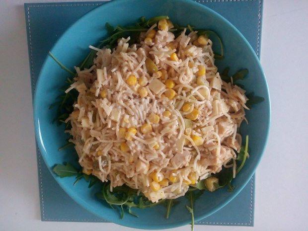 Szybka sałatka z kurczakiem i makaronem