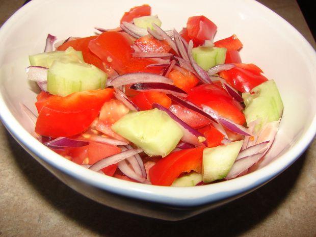 Szybka surówka z pomidorami
