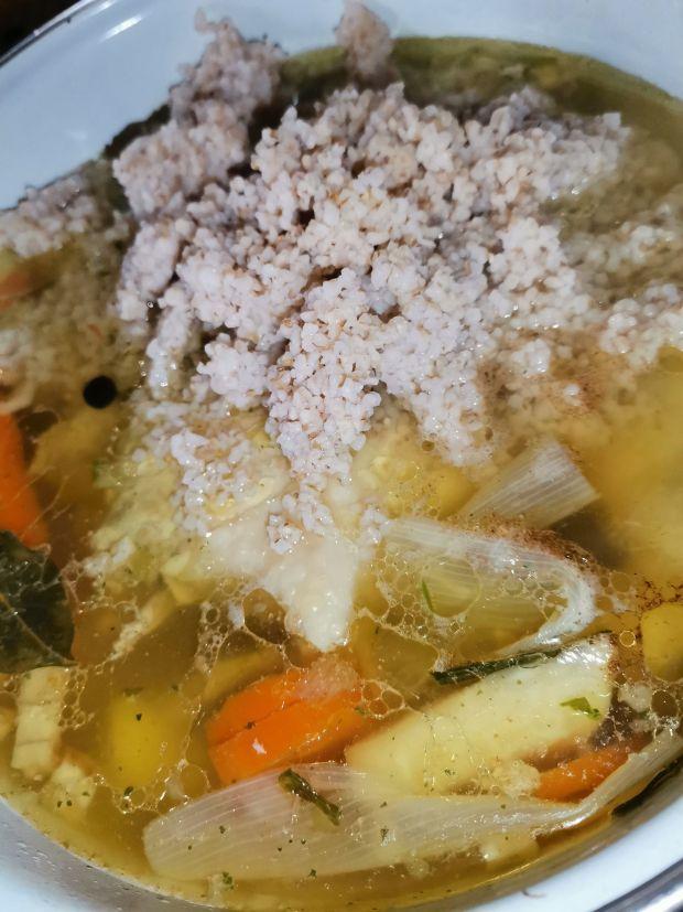 Szybka zupa krupnik na porcjach rosołowych.