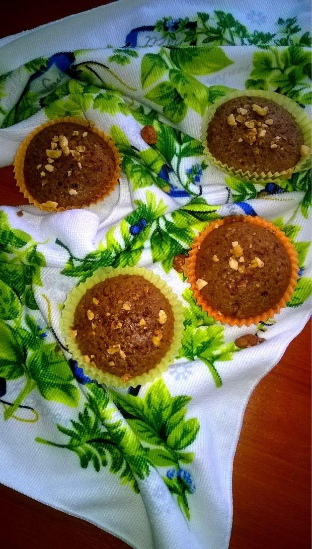Szybkie babeczki z karmelową nutą i orzechami