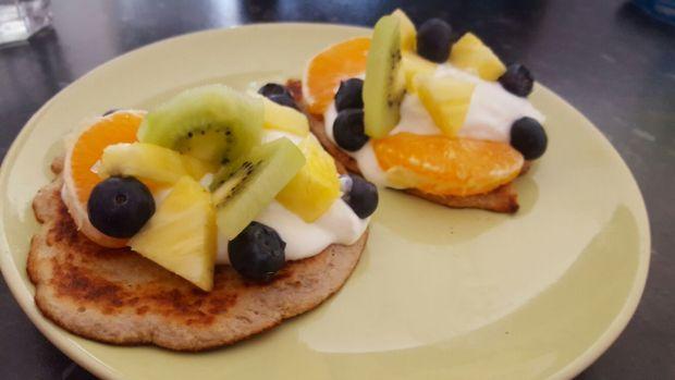 Szybkie placki bananowe z jogurtem i owocami