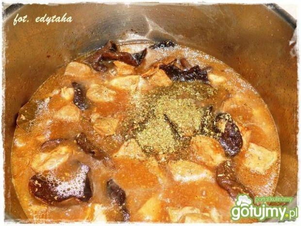 Szynkowy gulasz z grzybami suszonymi