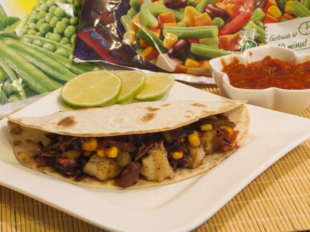 Tacos z rybą i sałatką z czerwonej kapusty