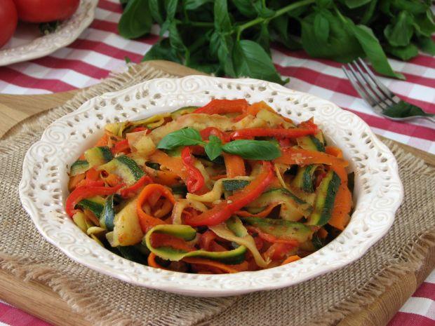 Tagiatelle z cukinii i marchewki w sosie pomidorów
