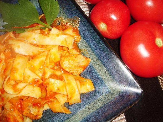 Tagiatelle z łososiem, ajvarem i pomidorami
