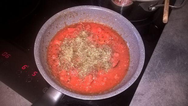 Tagliatelle z kiełbasą w sosie pomidorowym