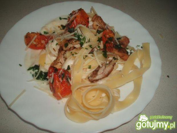 Tagliatelle z pomidorami i kurczakiem