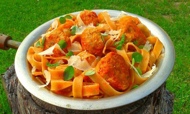 Tagliatelle z pulpecikami w sosie pomidorowym