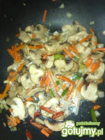 Tagliatelle z sosem pieczarkowo-chińskim