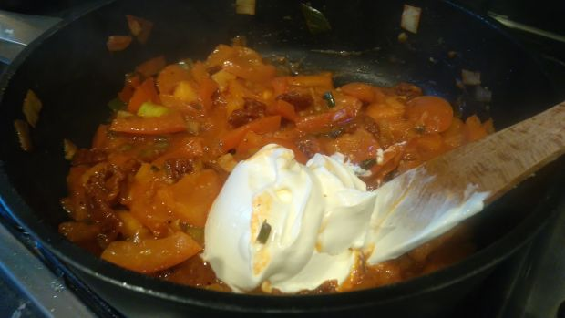 Tagliatelle z wędzonym dorszem w sosie pomidorowym