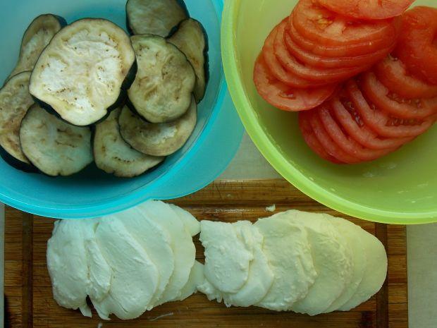 Tarta caprese z bakłażanem i tuńczykiem
