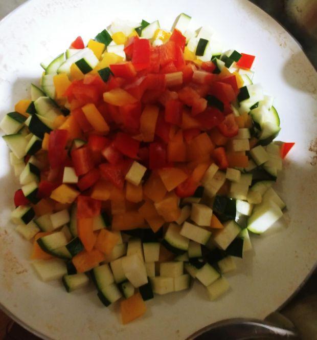 Tarta makaronowa z warzywami i pieczarkami