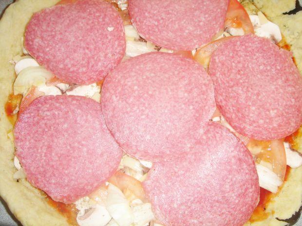 "Tarta ""pizza"" z pomidorami i salami"