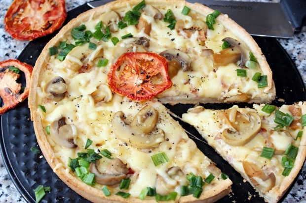 Tarta z boczkiem, serem i marynowanymi pieczarkami