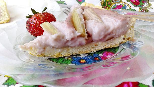 Tarta z budyniem truskawkowym i rabarbarem