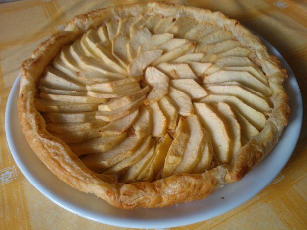 Tarta z ciasta francuskiego z serem i jabłkami