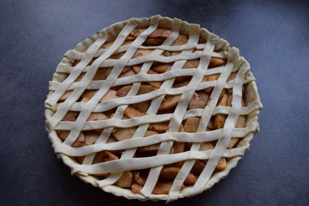 Tarta z jabłkami i cynamonem na cieście francuskim