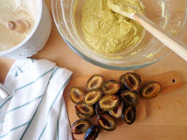 Tarta z kremem pistacjowym ze śliwkami