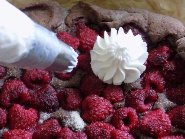 Tarta z malinami i bitą śmietaną