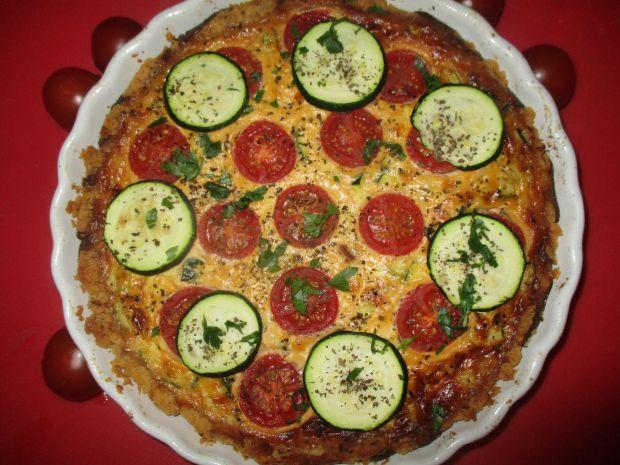 Tarta z serkiem, pomidorkami i cukinią