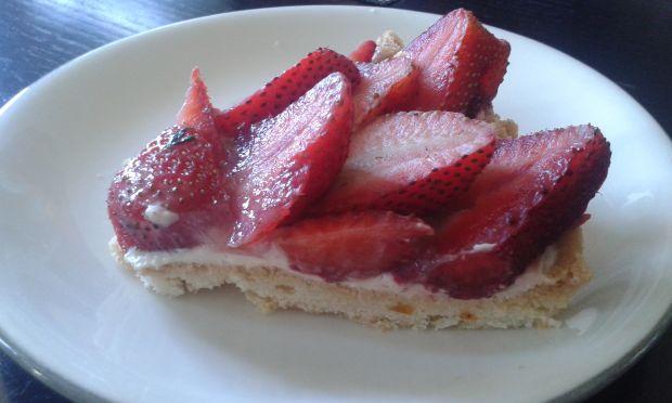 Tarta z truskawkami na kruchym spodzie