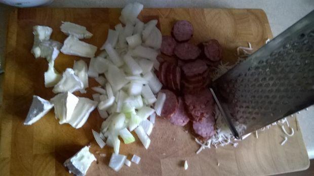 Tarta z warzywami, kurczakiem i kiełasą