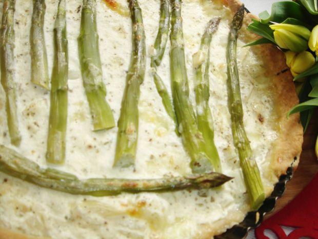 Tarta z zielonymi szparagami, cebulą i mozzarellą