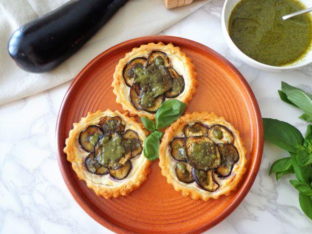 Tartaletki z bakłażanem, kozim serem i pesto