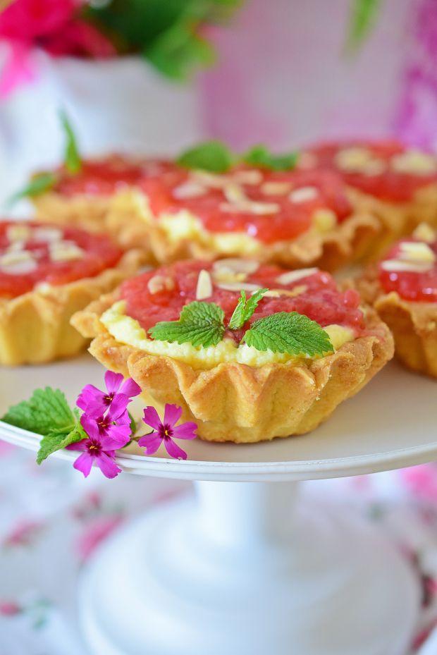 Tartaletki z kremem karpatkowym i rabarbarem