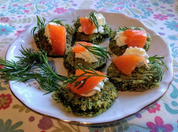 Tartinki szpinakowe z łososiem