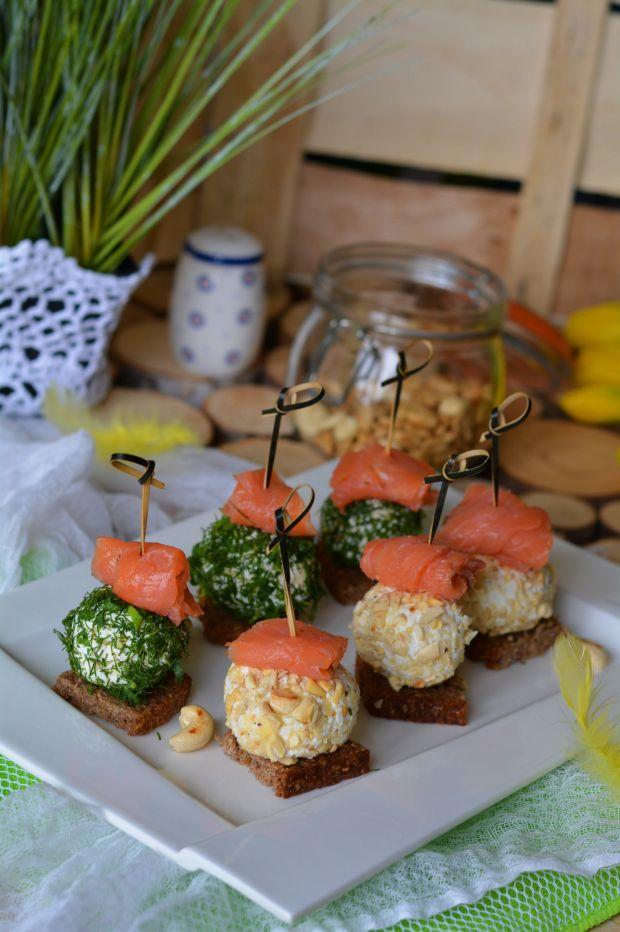 Tartinki z wędzonym łososiem i serowymi kuleczkami