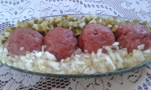 Tatar wołowy z cebulką i ogórkiem