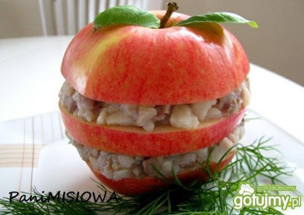 Tatar ze śledzia podawany w jabłku
