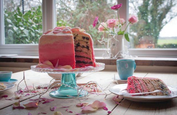 Tęczowy tort ze śliwką kalifornijską