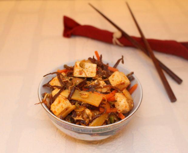 Tofu z warzywami i sosem sambal