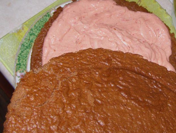 Torcik kawowo truskawkowy